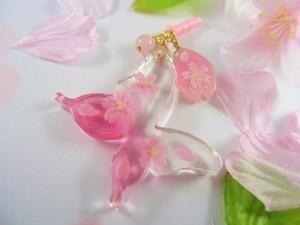 桜の蝶が舞う春を告げるイヤホンジャック