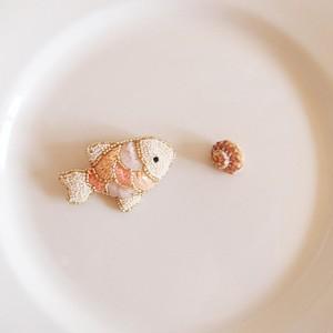 Small fish brooch 04 ❘  aya 刺繍 ブローチ
