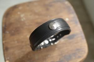 コンチョをつけた黒い革の首輪 001