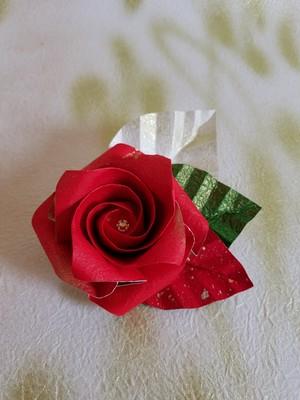 折り紙のバラ和紙で折った金箔の掛かった上品な白いバラのコサージュ