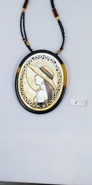 帽子の女性のペンダントブローチ