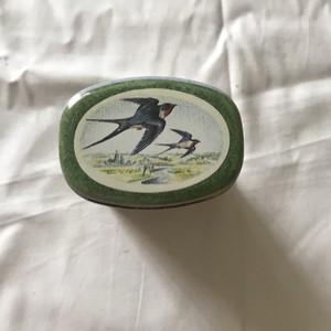 鳥と動物のいる缶