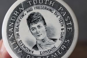 貴婦人の絵柄 Tooth Pasteの蓋