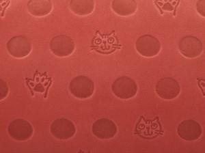 Atelier Kyoto Nishijin/ねこと肉球の型押しが可愛い・牛革・抗菌・抗ウイルス加工・がま口長財布・赤丹(あかに)・日本製