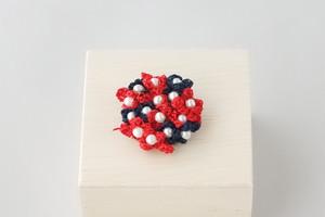 小花のブローチ(赤色、紺色)