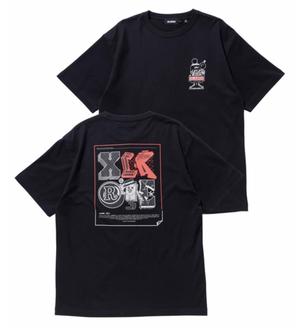 【XLARGE】S/S TEE XLARGE × 123KLAN STICKER   123KLAN(ワン・トゥー・スリー・クラン)コラボ商品 半袖Tシャツ【エクストララージ】