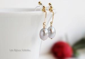 ライトグレー淡水真珠とゴールド・バー・ノンホールピアス(ピアスのようなイヤリング)