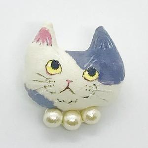 ふわふわ子猫ブローチ(グレーのブチ コットンパールの首輪)