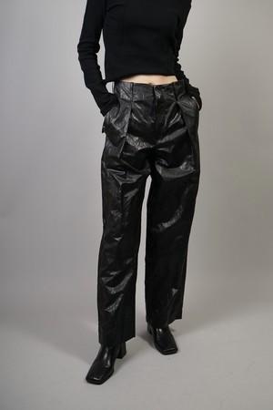 TUCK FAUX LEATHER PANTS  (BLACK) 2109-37-14