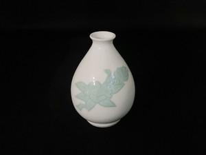 【井上萬二作】白磁緑釉椿彫文徳利