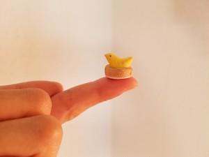 陶の小さな小さな黄色い鳥(miniature ceramic bird)