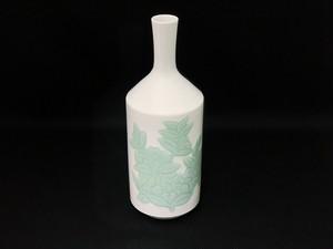 【井上萬二作】白磁緑釉椿彫文花瓶