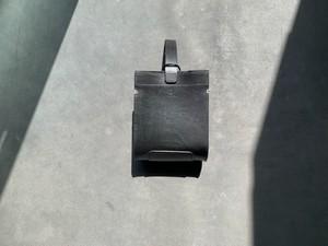 特徴的なデザインが目を引く Hang bag
