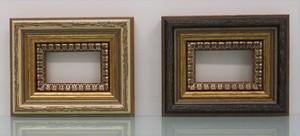 額縁アンティークおしゃれフレームB-36001白/側面茶 B-36002黒/側面茶額縁寸法70mm×50mmフィレー付窓枠寸法44mm×24mm /2mmアクリル/裏板付/壁掛け用/箱なし/卓上用スタンドは、付いておりません。 向かって左側がB-36001白 右側がB-36002黒になります