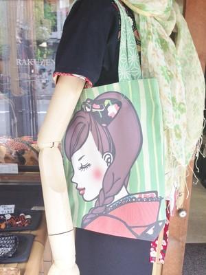 着物姿の女の子 イラストバック 緑色 横向き