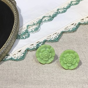 チェコ ヴィンテージ ガラスボタンのイヤリング (グリーン・花)