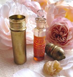 クローバーの香水瓶