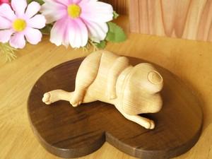 【木彫りの置物】やる気なさそうに寝そべっているけど憎めないカエル