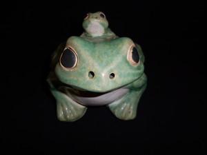 陶磁器の蛙の親子置物 an ornament porcelain frogs