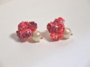赤い小花とコットンパールイヤリング