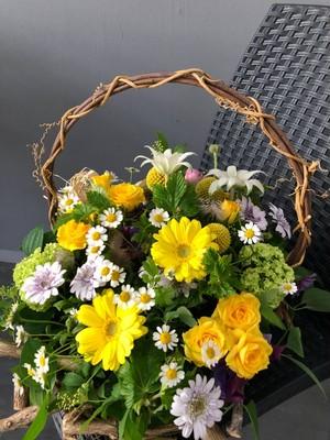 【生花】 冠婚葬祭 ハンドメイドの手付きバスケットのフラワーアレンジメント