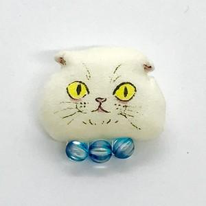 ふわふわ子猫ブローチ(スコティッシュフォールド チェコガラスの首輪ブルー)