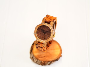 八角形の木製腕時計