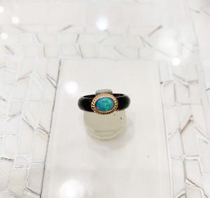 べっ甲(6mm巾)に金色の枠のオパールをのせた指輪