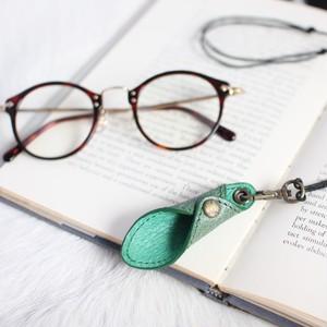 メガネをオシャレに!便利に!首元に!!レザー・グラスホルダー(グリーン)