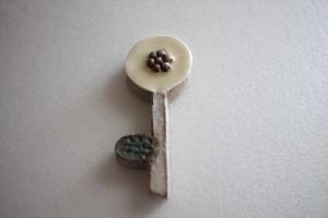 前田葉子|花箸置き 白つぶ花灰色茎