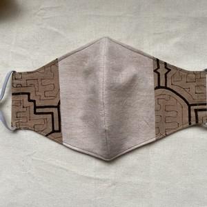泥染めマスク126 縦14cm大 ピンク系ベージュ染め シピボ族の泥染め
