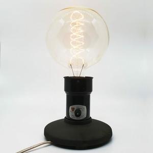 大きい電球が目立つテーブルランプ(電球込み)