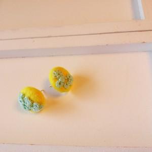 黄色いフェルトくるみボタンのピアス(フレッシュグリーン)