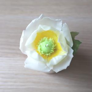 上品さ漂う、白いアネモネのキャンドル。