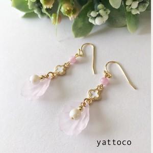花びらが揺れる春色のピアス/イヤリング