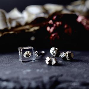 キラキラ鉱物パイライトとスワロフスキーのピアス/イヤリング