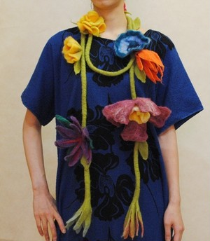 オリジナルハンドメイド【mesadu】羊毛フェルト◆大きなお花のラリエット