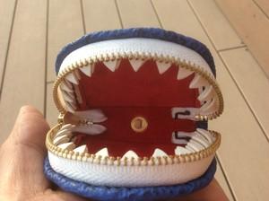 サメ革・歯の付いた小銭入れ・二枚歯