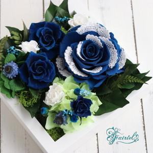 ロイヤルブルーのオリジナルローズが魅力。【フェアリーローズ・ブルードロワ ~青いバラのフレームアレンジ】