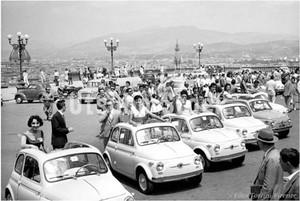 1958年撮影 ミケランジェロ広場 FIAT500 フィアット チンクエチェント【351195801】