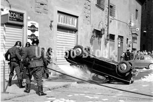 1961年撮影 サンフィレンツェ広場 車事故 消防士【398196101】