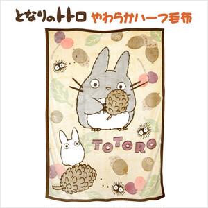 【送料無料】となりのトトロ 木の実と遊ぼ やわらかハーフ毛布 サイズ/(約)100×140cm