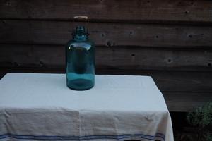 手持ちのある青い瓶 ブルーの瓶 古道具
