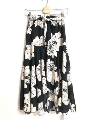 フィッシュテールのモノトーン花柄スカート