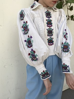 Antique Rumania × white cotton floral embroidery blouse ( アンティーク ルーマニア ホワイト × フラワー 刺繍 ブラウス )