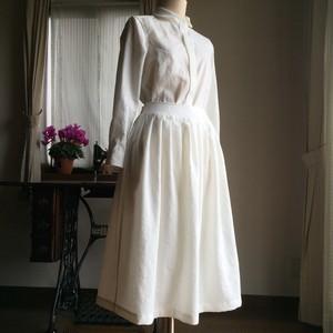 白の丸衿比翼ブラウスとエプロンラップスカート