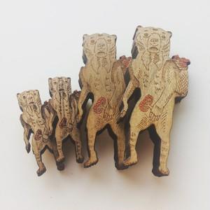【木製ブローチ】キノコ狩りをするマレーグマ(小)