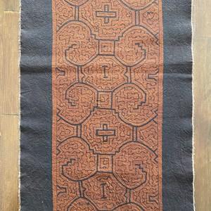 テーブルセンター 70x30cm 13赤茶 AA 双子