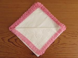【ピンクのレース】エジング編み・手編みレースがあしらわれたハンカチ /ヴィンテージ・未使用品・リメイク素材