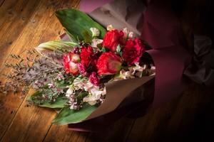【花のプレゼント】ギフトフラワー-花束ロングタイプ(レッド系)